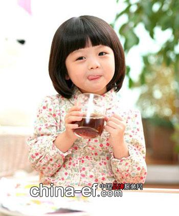 小童星金敏书是当今韩国拥有超人气的小童星,曾与大牌明星车太贤