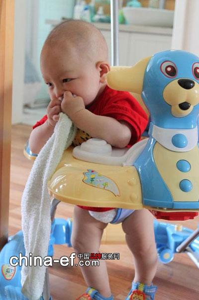 童装时尚 童装时尚 可爱自拍    看着宝宝们可爱的笑脸,父母的心情