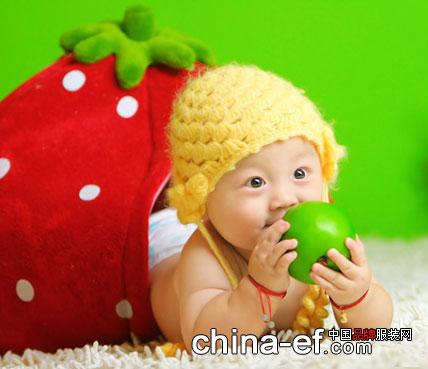 童装时尚 童装时尚 可爱自拍    刚出生的宝宝不会走路,只能双手双脚